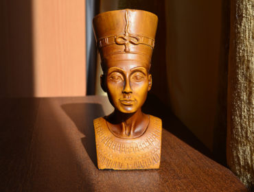 Ancient Egyptian statue. Photo by Igor-Konakov (Unsplash)